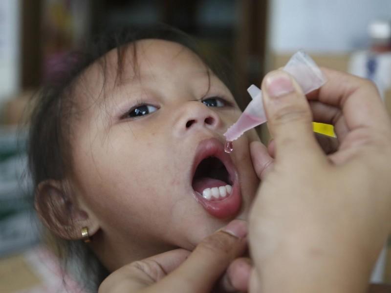 專家指出,現有小兒痲痺疫苗可産生群體免疫,可能有助預防武漢肺炎。圖為菲律賓兒童接種口服小兒麻痺疫苗。(路透資料照)