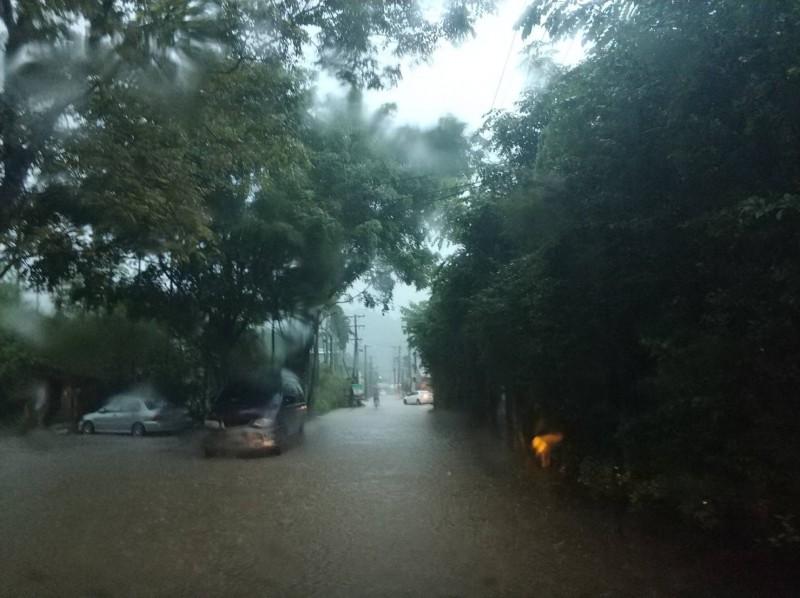 今天傍晚大雨造成新北市多處積水,土城區和平路一度積水5至10公分。(消防局提供)