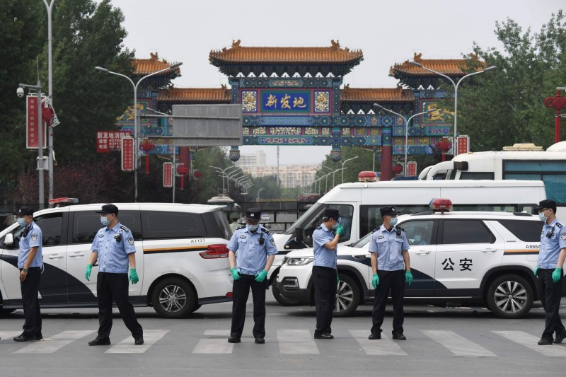北京新發地市場爆發疫情,中國多地均呼籲民眾暫勿前往北京。(法新社)