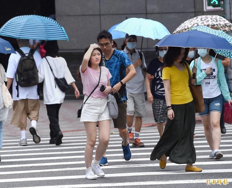 鸚鵡颱風減弱轉熱低,本周穩定炎熱,仍須留意午後雷雨,多補充水份及注意防曬。(記者方賓照攝)