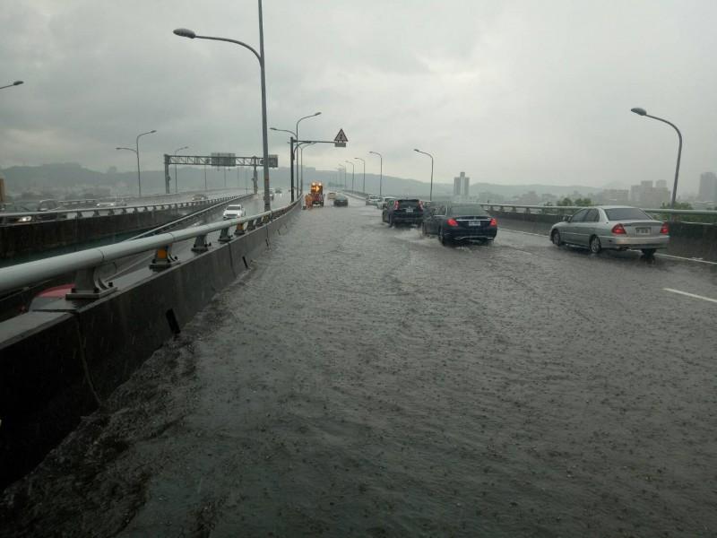 板橋區65快速道北上約5.5K處,土城往新莊近板城路,積水較深的車道約半個輪胎深,目前積水已慢慢退去。(民眾提供)