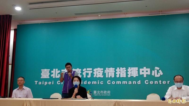 台北市副市長黃珊珊(中)主持疫情記者會。(記者蔡亞樺攝)