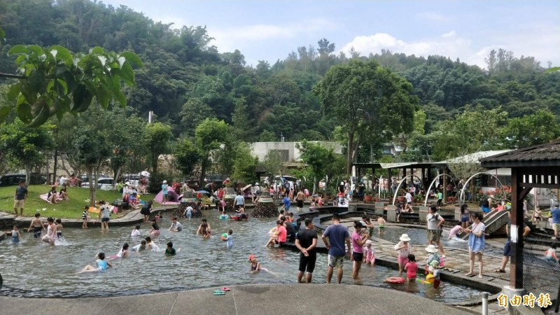 埔里鎮桃米里親水公園6月起假日開放民眾戲水,吸引滿滿人潮。(記者佟振國攝)
