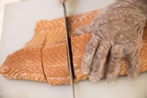 中國水產業者此前近日竟發布自訂的《生食鮭魚》團體標準,稱虹鱒是鮭魚,讓網友怒轟是「自欺欺人」。鮭魚示意圖。(彭博)