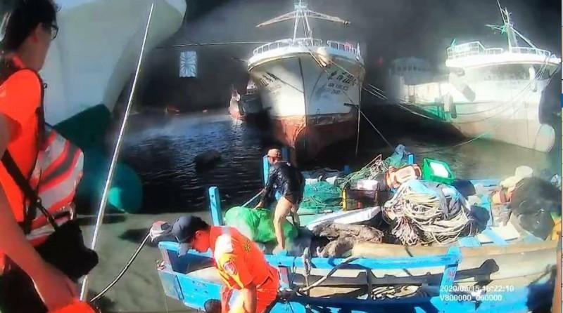 岸巡人員拉起5名情急跳海的外籍漁工。(記者陳彥廷翻攝)