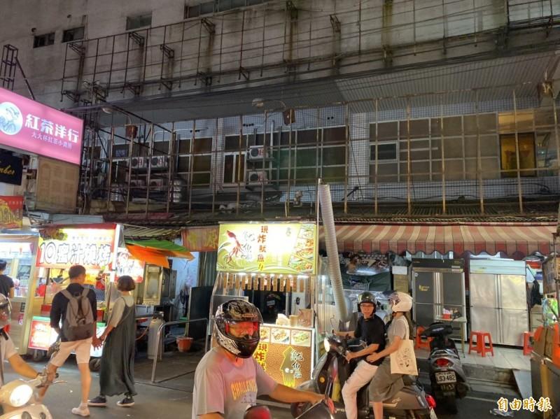 中原商圈39年老戲院中源大戲院熄燈,手繪的電影看板已經拆光。(記者李容萍攝)