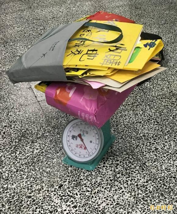 環保局鼓勵民眾撕小廣告送好禮。(記者李容萍攝)
