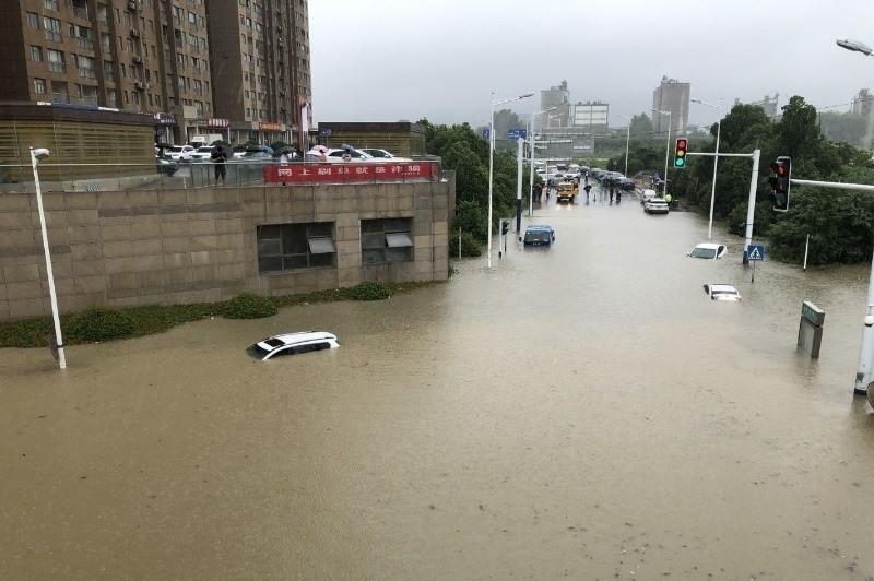 中國合肥的北城金源購物中心附近積水嚴重。(圖取自微博)