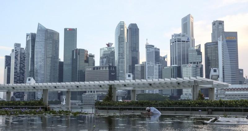 新加坡從19日起進入阻斷措施鬆綁第2階段,入境旅客從18日起除履行居家通知,也要接受武漢肺炎病毒檢測。不過,從台灣等10個國家和地區赴星旅客不需在指定地點居家通知。(歐新社資料照)