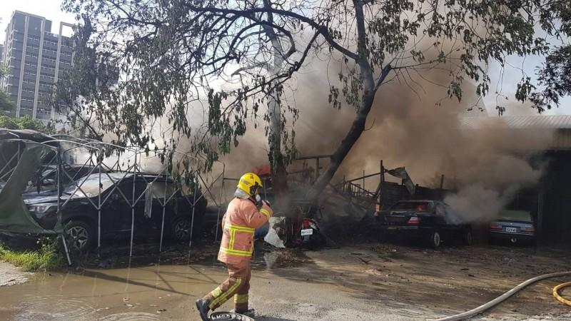 消防人員將火勢撲滅後巡視現場是否有殘火。(新北消防局提供)