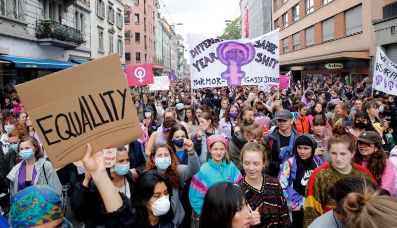 瑞士14日在各城市舉行「婦女罷工」,成千上萬女性上街抗議職場、家庭中面臨的不平等和歧視。(路透)