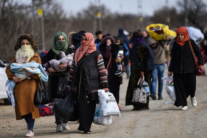前往歐洲的難民人潮4月因武漢肺炎疫情降至歷史新低,5月疫情趨緩難民激增。圖為希臘、土耳其邊境的難民。(法新社資料照)