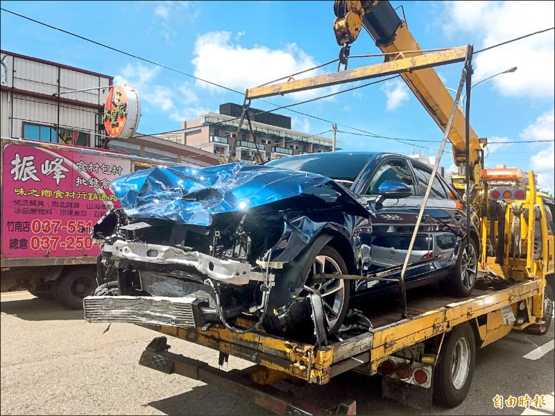 相撞的兩車皆支離破碎。(記者鄭名翔攝)