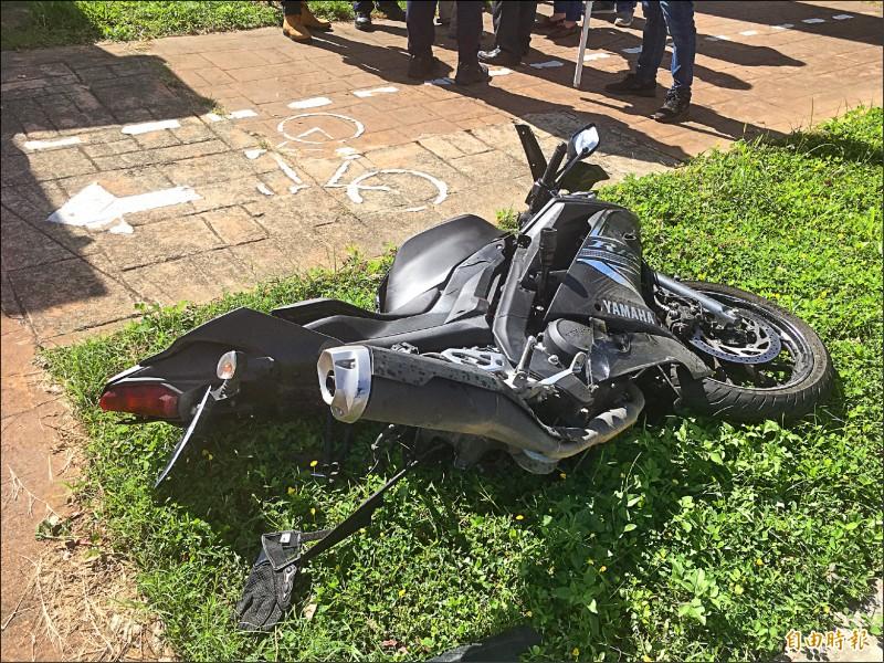 王姓男大生昨騎重機與左轉的奧迪相撞,拋飛至10多米外人行道,撞擊石階慘死。(記者鄭名翔攝)