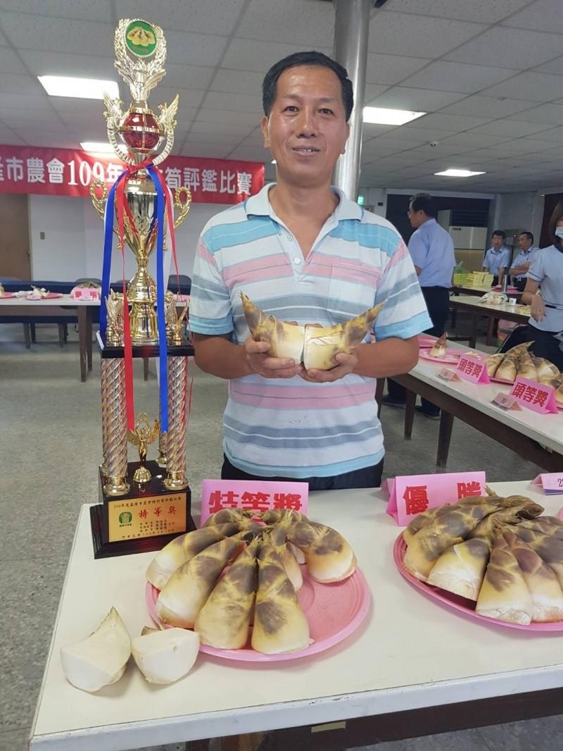模範農民陳保家得到綠竹筍評鑑比賽特等獎殊榮。(記者林欣漢翻攝)
