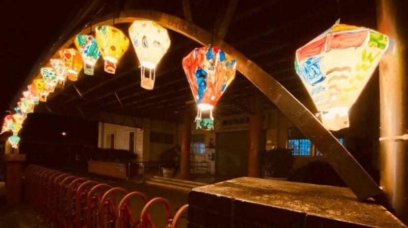 關山新政路上的熱氣球造型燈籠區,入夜點燈光明又幸福。(記者陳賢義翻攝)