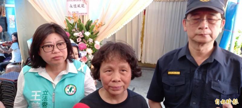 李妻張秀珍今天被到日後是否出庭參與審判,她傷心說,「開一次就難過一次!」(記者丁偉杰攝)