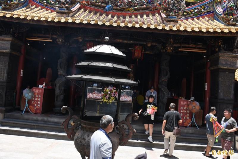 朝天宮今天香客來來往往,廟方表示會做好接待及防疫工作。(記者林國賢攝)