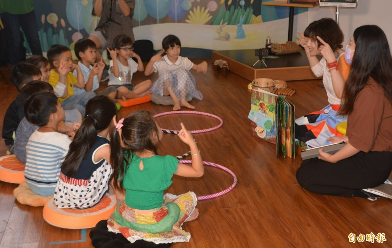 國台交今天發表國首創的AR多感官繪本《出發吧,魔法森林音樂會!》,小朋友在老師帶領下現場閱讀、體驗。(記者陳建志攝)