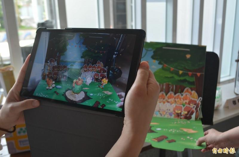 國台交今天發表國首創的AR多感官繪本《出發吧,魔法森林音樂會!》,透過平板、手機就能聽到音樂、認識樂器。 (記者陳建志攝)