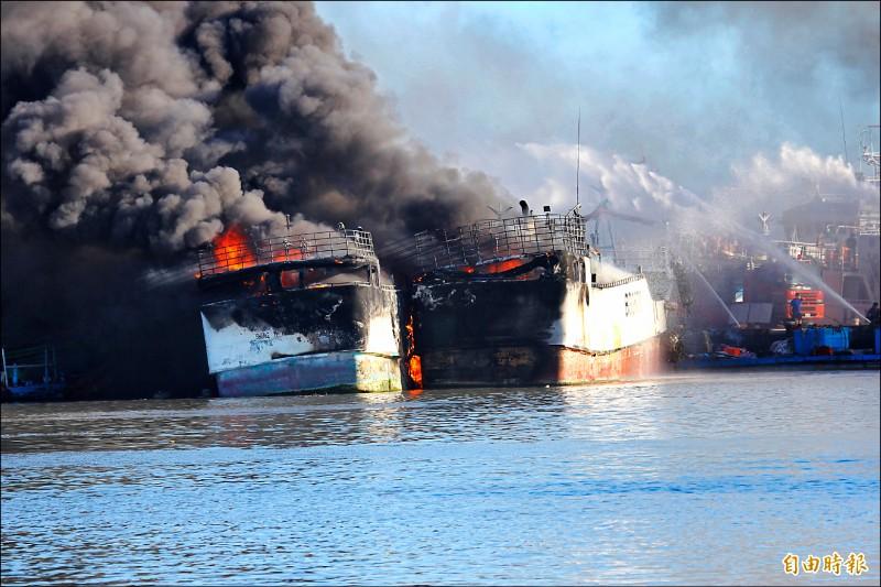 大火延燒至其他緊鄰的船隻,造成連環火燒船。 (記者陳彥廷攝)