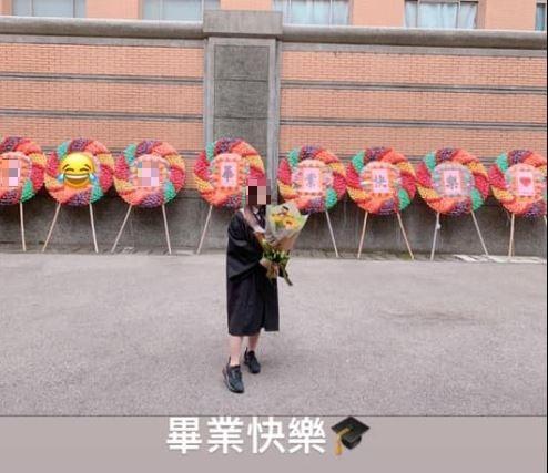 原PO貼出畢業典禮當天與弟弟送的花圈合照,看起來非常有氣勢。(圖擷自爆廢公社二館)