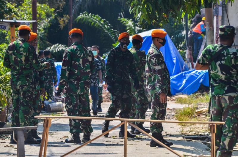 印尼軍方在墜機地點周邊巡視。(法新社)