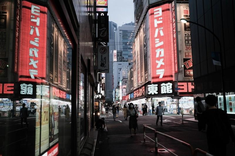 東京警報解除後疫情又緊張,16日單日新增27例確診。圖為東京街景。(彭博)
