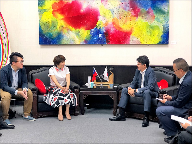 日本台灣交流協會高雄事務所副所長古田青史(右二)到台東參訪,與縣長饒慶鈴(左二)會談。(記者黃明堂翻攝)