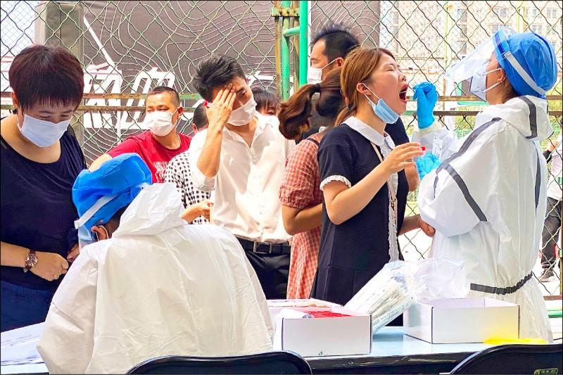 美國國會眾議院外交事務委員會共和黨議員十五日發布武漢肺炎初步調查報告,指責中國隱匿。圖為北京爆發第二波疫情後,許多民眾在篩檢站前排隊接受篩檢。(美聯社)