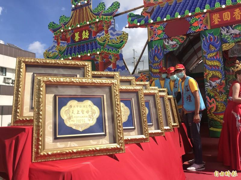 謝惠仁設臨時神壇,金牌已擺在桌上。(記者顏宏駿攝)
