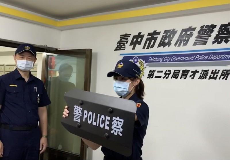 警方示範臂盾使用時機。(記者許國楨翻攝)