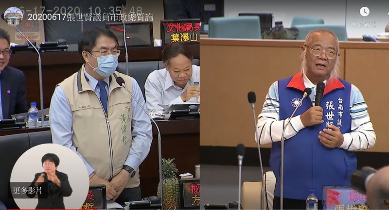 市議員張世賢(右)質詢當場學發情期公貓、母貓的淒厲叫聲,聲音超專業,官員聽了忍不住發笑。(記者蔡文居翻攝)