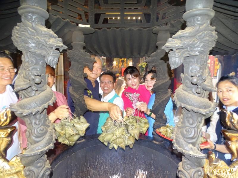 平安粽在武德宮香爐上「過爐」,讓民眾吃平安。(記者詹士弘攝)