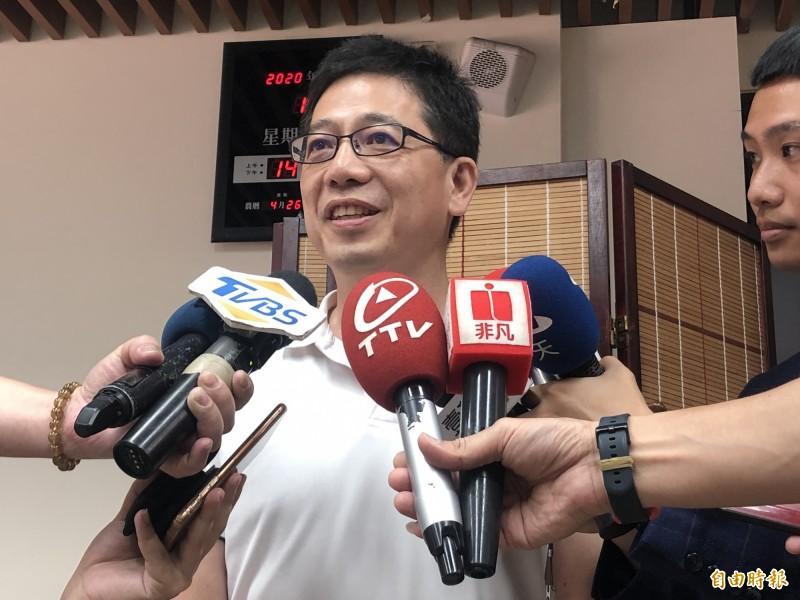 民眾黨秘書長謝立功在黨政協調會報後出面受訪,說明高雄市長補選討論情形。(記者陳昀攝)
