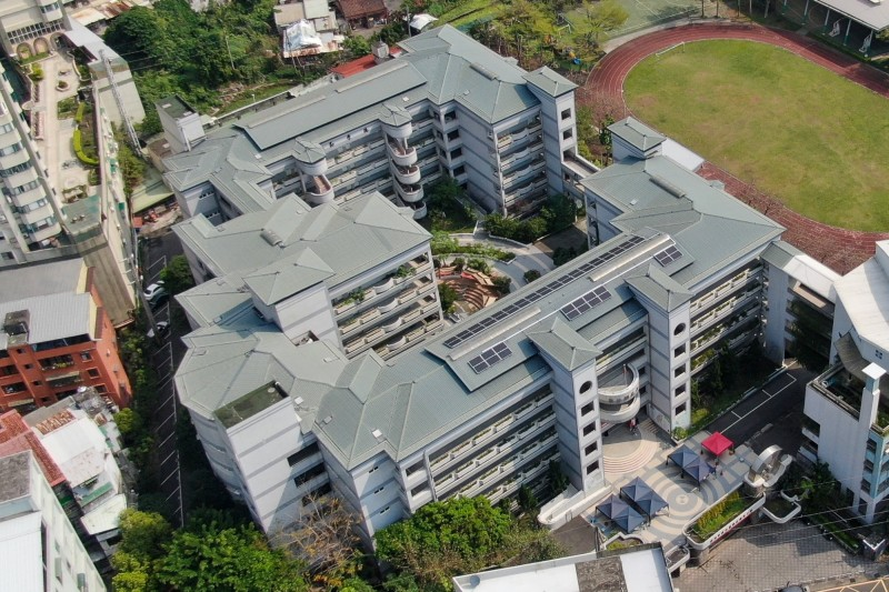 新北市智慧綠能社區合作社在鄧公國小的教學行政大樓頂樓設置太陽能板。(新北經發局提供)