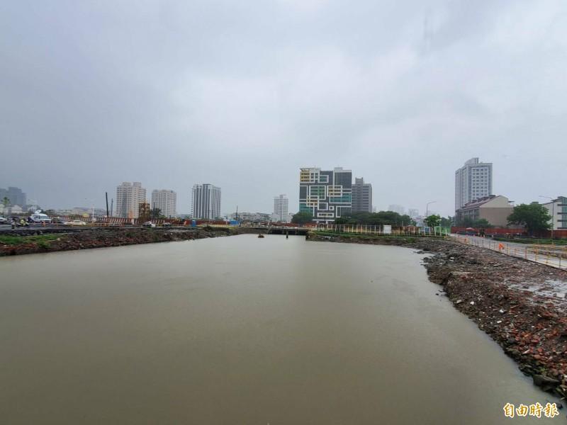 高市楠梓區援中港一帶地勢低窪、逢雨必淹。(記者陳文嬋攝)