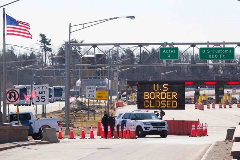 美國擴大與加拿大及墨西哥之間的非必要旅行限制,預計延長1個月。(法新社)