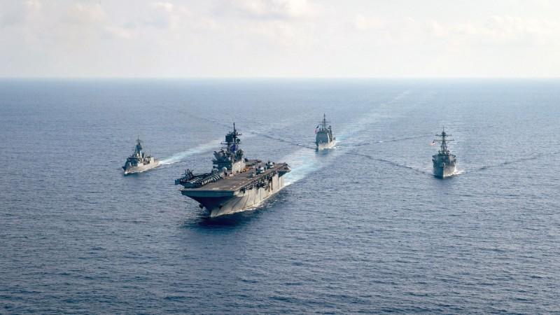 隨著美中在南海愈加對立,發生軍事衝突的風險也愈加提升。1名中國軍事內部人士透露,在4月份的一次遭遇中,美中的軍艦相距不到100公尺。圖為以美軍「美利堅號」兩棲攻擊艦(前中)為首,美澳海軍4月中旬在南海進行聯合軍演。(路透)