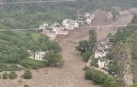 中國四川丹巴縣梅龍溝爆發嚴重土石流。(翻攝自微博)