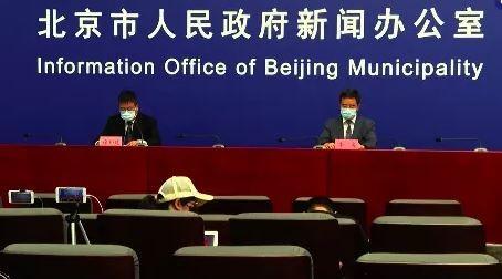 在今日北京疫情防控新聞發布會上,2名發言人都重新戴上「口罩」。(翻攝自微博)