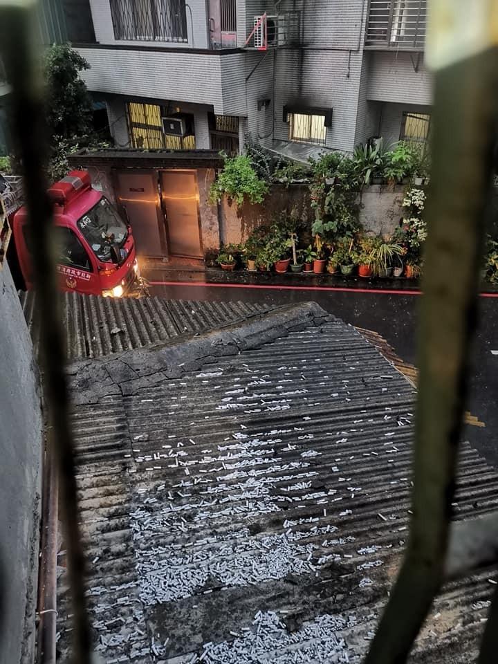 有民眾發現住家2樓頂樓被癮君子丟得滿是菸蒂,還差點火災,所幸被消防員及時撲滅。(圖取自我是永和人)