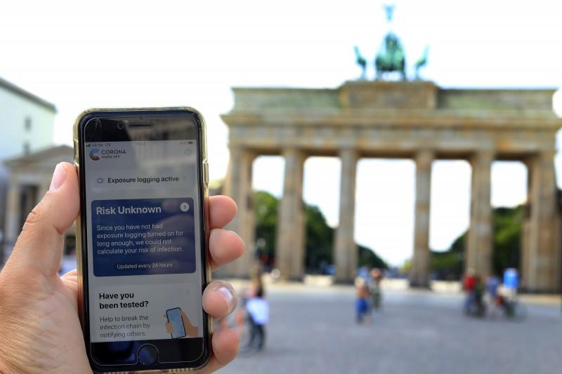 武漢肺炎肆虐全球,德國政府主持開發的病患接觸史APP,經過短短6週開發上線,過去24小時共有超過650萬次下載,希望藉此加速社會和經濟復甦。(彭博)