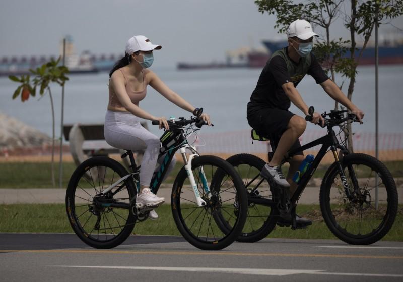 新加坡19日將開放各類運動場館,每個人仍須遵守2公尺的社交距離,高強度運動更須保持3公尺。跑步及騎自行車建議不要群揪。(歐新社)