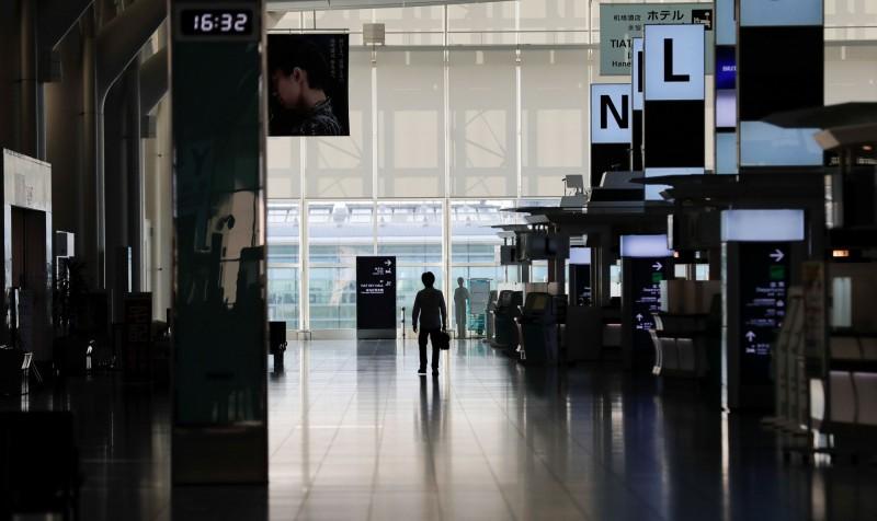 日本政府觀光局今天公布5月訪日外籍觀光客為1700人,創新低紀錄,年減99.9%。圖為空蕩蕩的東京國際機場。(路透)