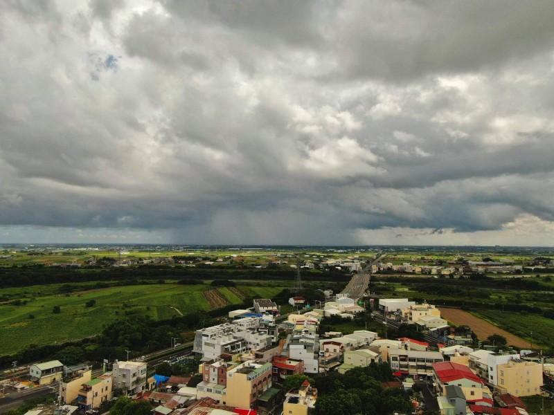 嘉義縣朴子往雲林縣方向,出現超大的雨瀑景觀。(黃一盛提供)