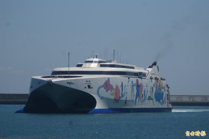 隨著疫情趨緩,蘇花藍色公路即將重啟,載客量可達700多人的麗娜輪,確定7月4日解封復航,業者響應國旅、支持中央「安心旅遊」,宣布為期1個月「搭船送載車」優惠。(資料照)