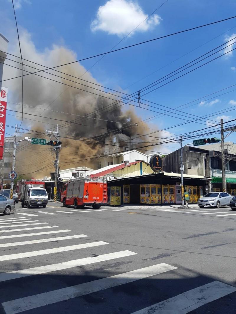 北斗鎮市區一3樓鐵皮屋起火。(照片由民眾陳若蓁提供)