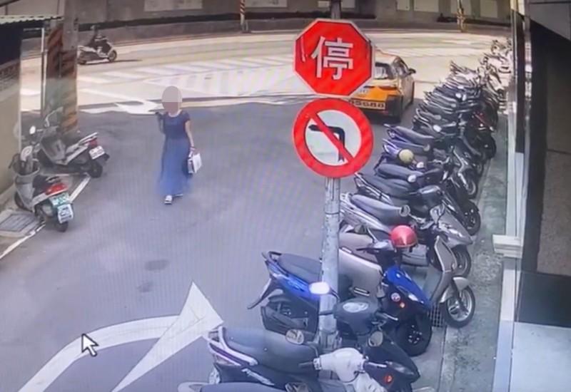 58歲劉姓家庭主婦聽從警方指示,提著假鈔前往與詐團相約交款地點。(記者陳薏云翻攝)
