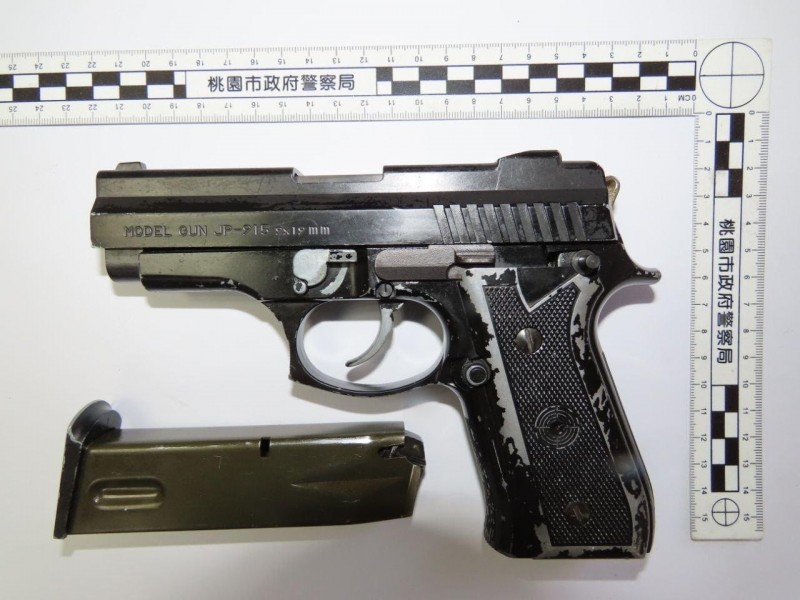 姜男持有犯案改造手槍。(記者許倬勛翻攝)